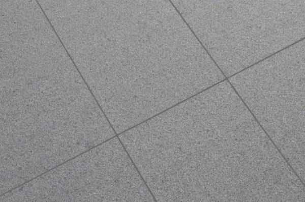 ciemny granit płomieniowany antypoślizgowy