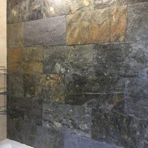 łupek deoli green w łazience na ścianie