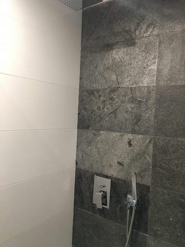 silver grey pod prysznicem łupek