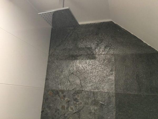 silver grey na ścianie łupek