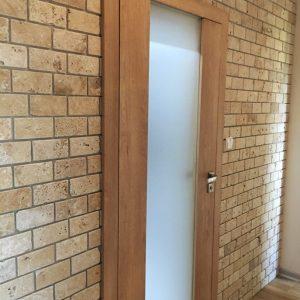 trawertyn cegiełka light bębnowany na ścianę