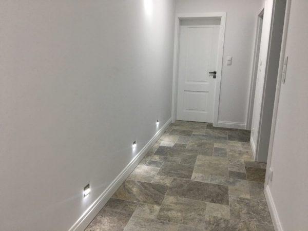 trawertyn ash na podłodze korytarz