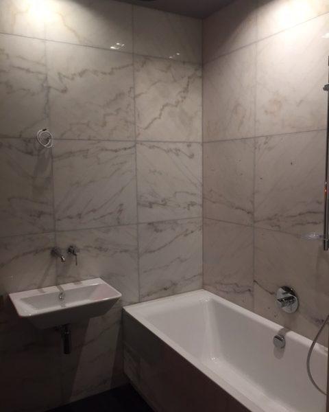 bianco carrara na ścianie w łazience dekoracyjny kamień