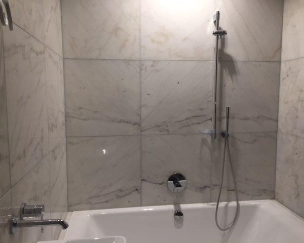 IMbianco carrara na ścianie w łazience dekoracyjny kamień naturalny