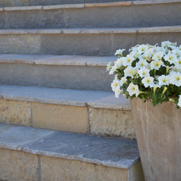 schody z wapienia naturalnego