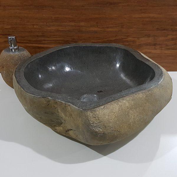 duża umywalka z kamienia rzecznego