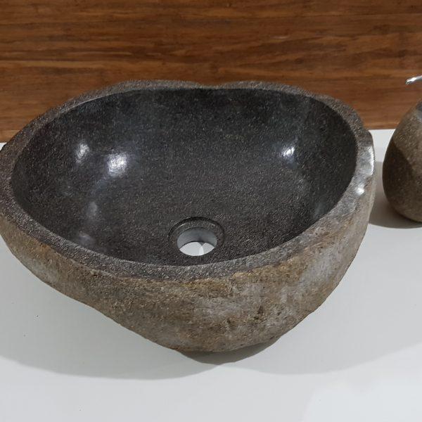 kamień rzeczny z umywalka ciemny brąz