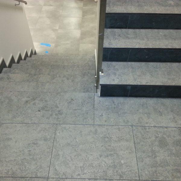 szary wapień płomieniowany na schodach