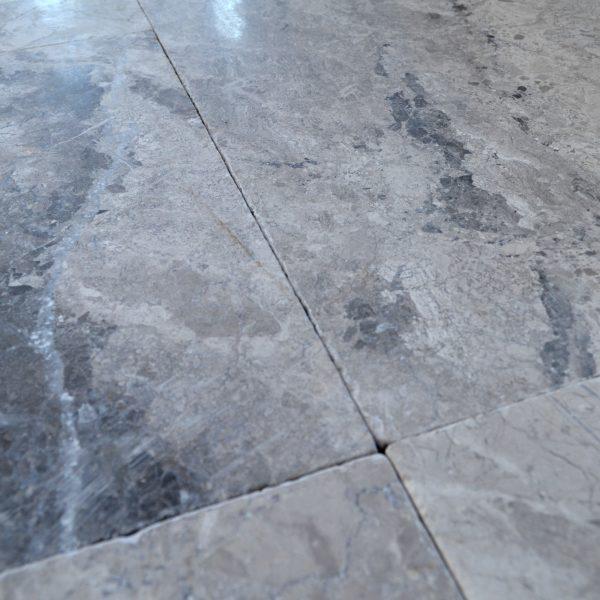 marmur na podłogę szary bębnowany